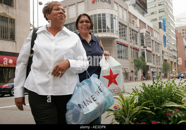Ohio, Cincinnati, Fountain Square, smiling Black women, shopping bags, Macy's, - Stock Image