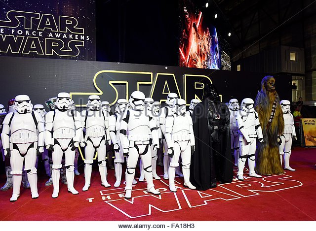 epa05071682 Film characters pose prior to the European premiere of the film 'Star Wars: The Force Awakens' - Stock Image