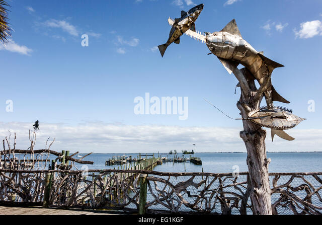 Florida Sebastian Fisherman's Landing Indian River Lagoon metal sculpture fish art driftwood fence - Stock Image