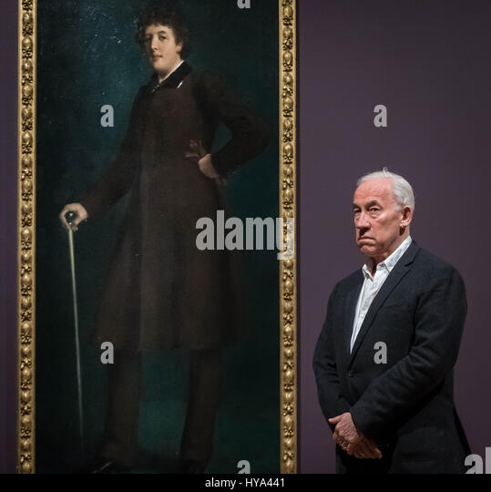 London, UK. 3rd Apr, 2017. Actor Simon Callow poses for photos in front of Oscar Wilde portrait painting by US artist - Stock-Bilder
