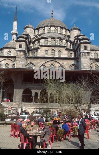 Turkey Istanbul Eminonu Quarter Kosem Kafeterya alfresco dining Ottoman style Yeni Mosque built 1663 beyond - Stock Image