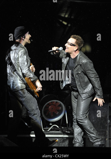 ITAR-TASS: MOSCOW, RUSSIA. AUGUST 26, 2010. The Edge and Bono (L-R) of U2 rock group perform at Moscow's Luzhniki - Stock Image