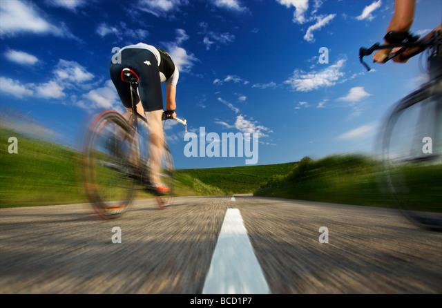 World Quadrathlon champion 2008 - Andrew Byatt cycles past on the Cornwall coastal road - Stock-Bilder