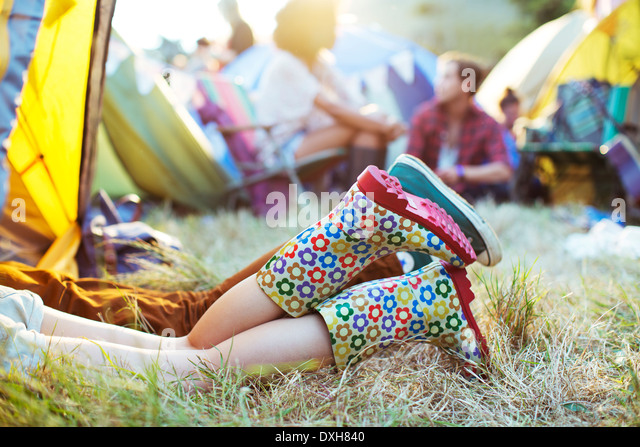 CoupleÍs legs sticking out of tent at music festival - Stock-Bilder