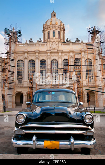Old american car parked in front of presidential palace, now revolution museum in Havana, Cuba. - Stock-Bilder