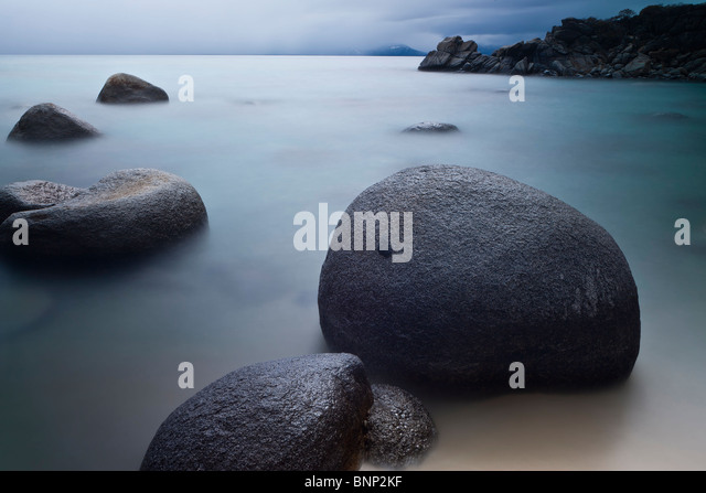 Boulders and still water at Hidden Beach, Lake Tahoe, Nevada, USA - Stock-Bilder