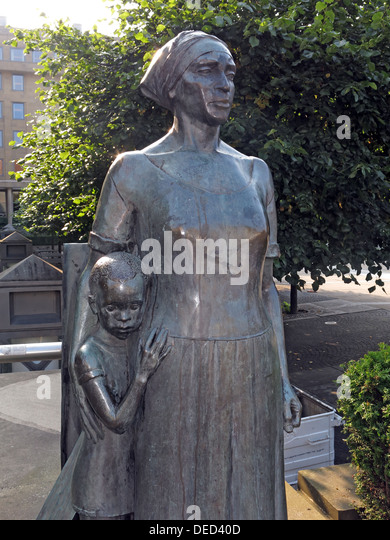 Sculpture of Woman And Child by Anne Davidson from 1986, Edinburgh Scotland UK - Stock Image