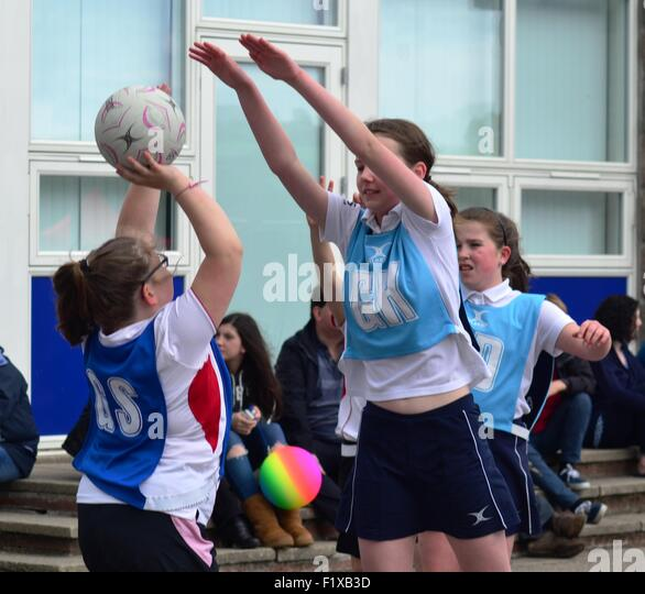 Girls play netball - Stock Image