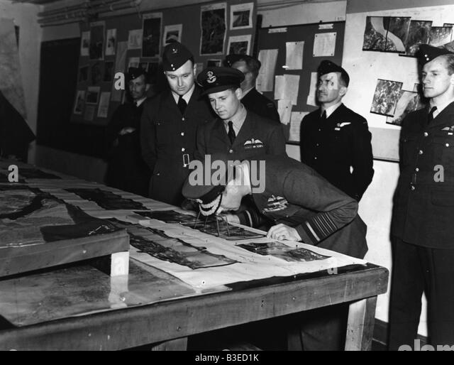 George VI inspects aerial photos / 1944 - Stock Image