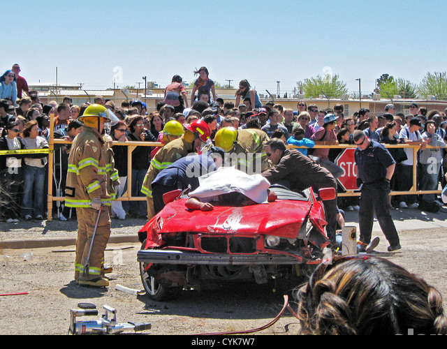 Rescuing 'victims' from a crashed car at Alamogordo (New Mexico) High School for Every 15 Minutes, a national - Stock Image