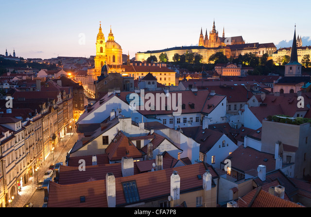 St. Vitus Cathedral and the Castle District at dusk, Prague, Czech Republic - Stock-Bilder