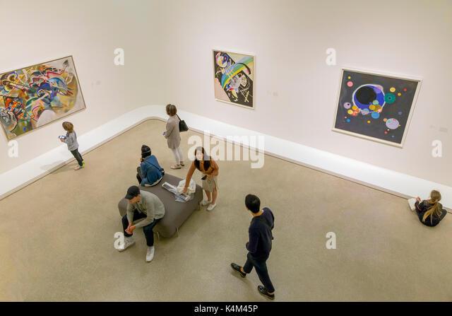 Visitors and tourists in gallery, Solomon R. Guggenheim Museum, Manhattan, New York City, USA, North America - Stock Image