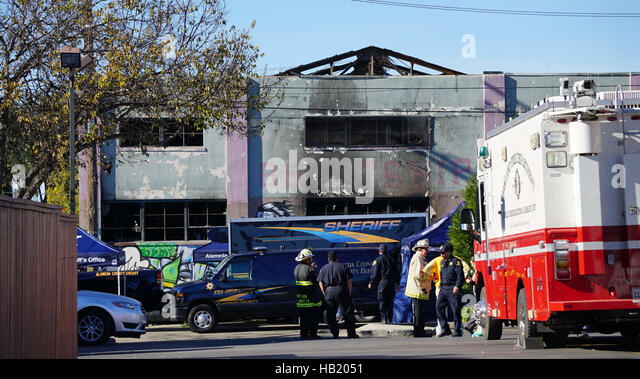 Oakland, USA. 3rd Dec, 2016. Police and firefighters work outside the affected warehouse in Oakland, east of San - Stock-Bilder