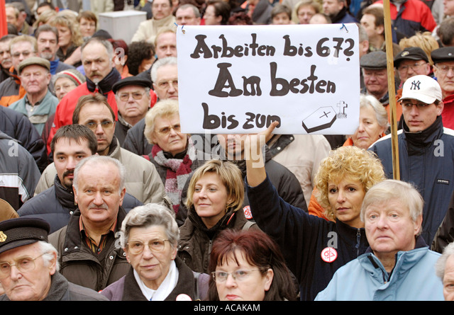 Protest against the retirement pay with 67. Sign: 'Working up to 67? Better up to the exitus' - Stock Image