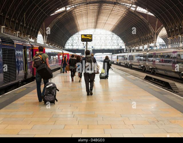 Trains and platforms at Paddington Railway Station, London, England - Stock Image