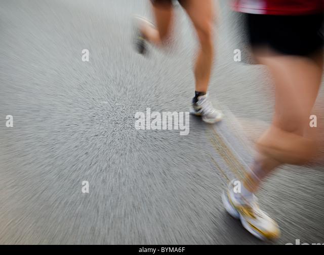 Man running in city marathon - Stock Image