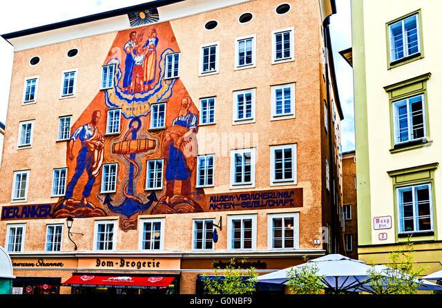 Salzburg, Austria,  'Anker' (=anchor) house with huge sundial on Waagplatz 1; ehemaliges gerichtsgebäude - Stock-Bilder