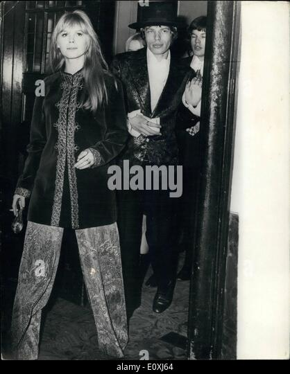 Feb. 02, 1967 - Gala Styles for Mick and Marianne: Setting their own styles for a night out at the ballet are pop - Stock-Bilder