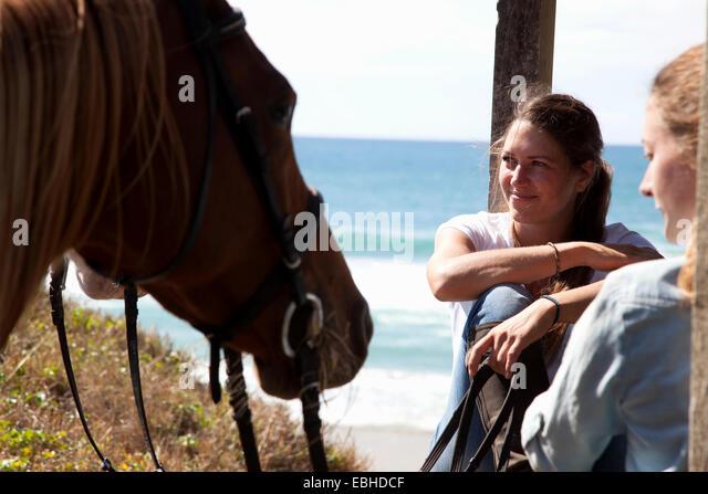 Horse riders taking break, Pakiri Beach, Auckland, New Zealand - Stock-Bilder