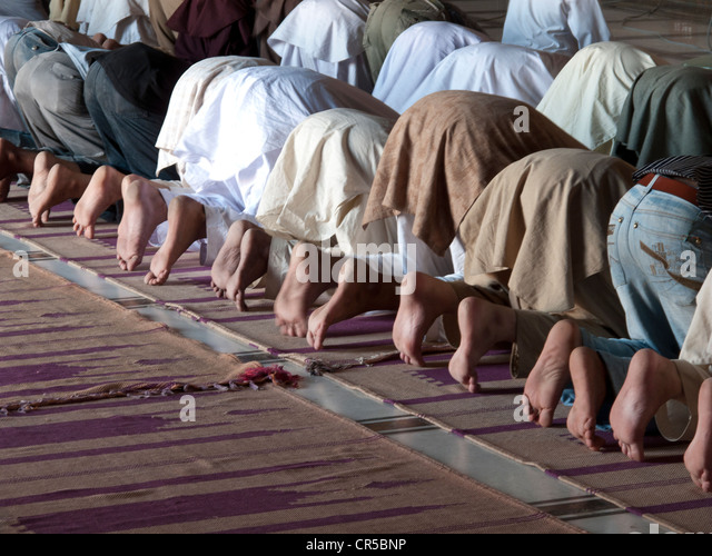 Muslims praying at Jama Mashid in Lahore, one of the largest mosques in Asia, Punjab, Pakistan, South Asia - Stock Image