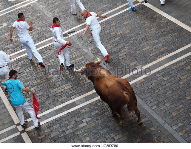 Pamplona, Spain. 8th July, 2016. A fighting bull charges at revelers during the second bull run (encierro) of San - Stock Image