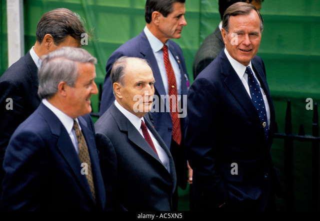 GEORGE BUSH SENIOR MITTERRAND, BRIAN MULRONEY STROLLING OUTSIDE DURING NATO SUMMIT LONDON 7 90 - Stock Image