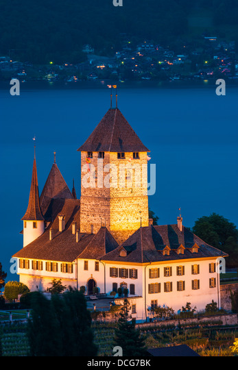 The castle at Spiez looking out over Lake Thun, Switzerland. - Stock-Bilder