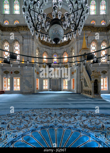 Interior shot of Nuruosmaniye Mosque, an Ottoman Baroque mosque, overlooking niche (Mihrab) and marble minbar (Platform) - Stock Image