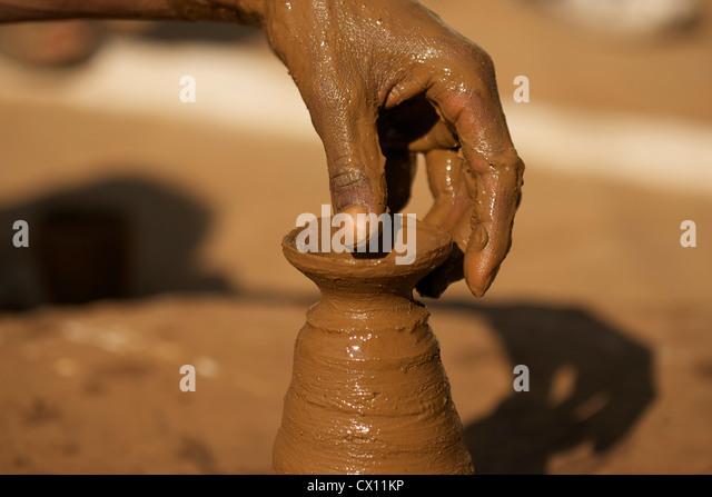 Close up of potter at work in Orchha, Madhya Pradesh, India - Stock-Bilder