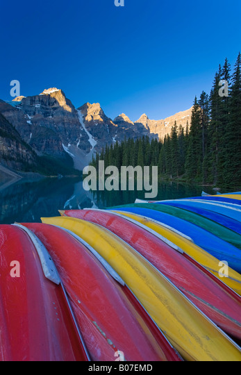Moraine Lake and Valley of 10 Peaks (Wenkchemna Peaks) at sunrise, Banff National Park, Alberta, Canada - Stock Image