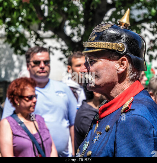 Kreuzberg, Berlin, Germany, 24th May 2015. Dignified old soldier in uniform and meadals leads the parade as Berlin - Stock-Bilder