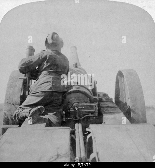 Training one of HMS 'Monarch's' 4.7 inch guns on the Pretoria forts, South Africa, 4th June 1900. - Stock Image