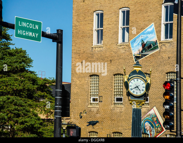 Soldiers and Sailors Memorial Clock and town mural in Memorial Park in DeKalb, Illinois, a town along the Lincoln - Stock Image