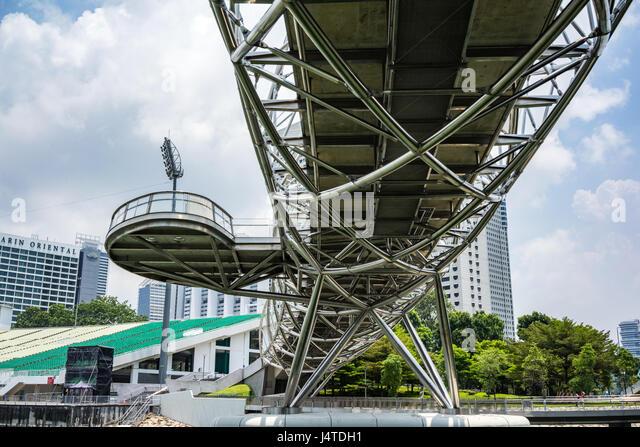 Contemporary walkway across the Marina Bay in Singapore - Stock-Bilder