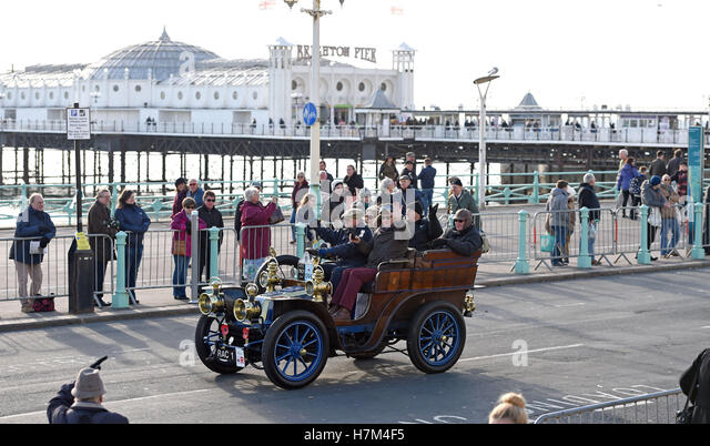 Brighton Sussex, UK. 6th Nov, 2016. Vehicles near the finishing line of the Bonhams London to Brighton Veteran Car - Stock Image