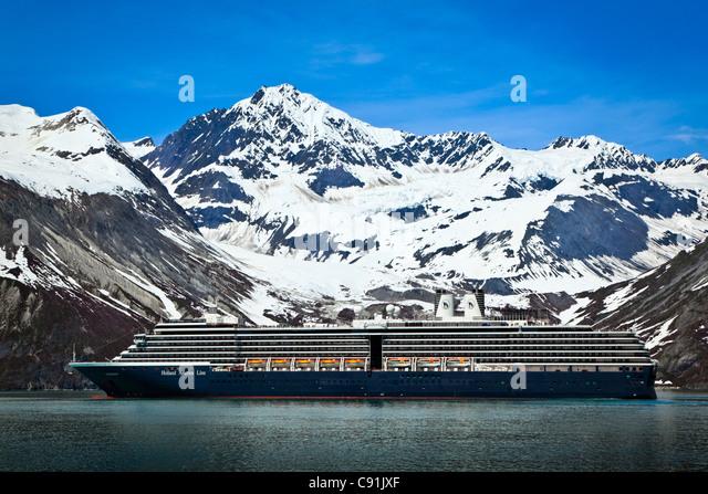 Holland America cruise ship sailing to Johns Hopkins Glacier, Glacier Bay National Park, Alaska - Stock-Bilder