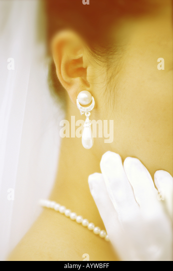 Close up of pearl earring and necklace on the bride - Stock-Bilder