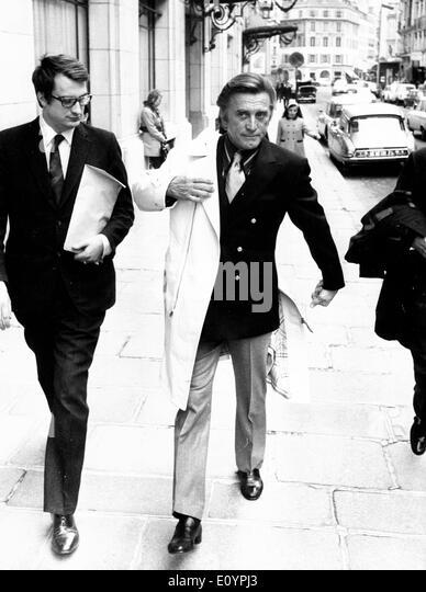 Actor Kirk Douglas films movie in Paris - Stock Image