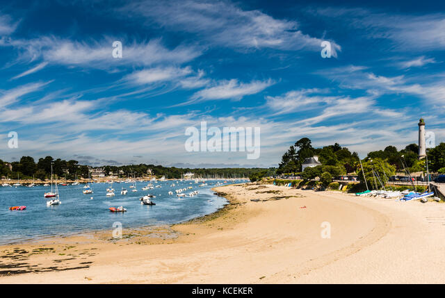 Lighthouse, river and beach at Benodet, Brittany, France - Stock Image