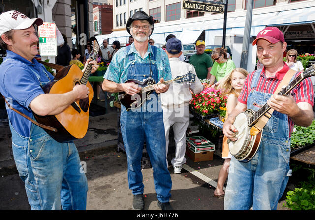 Virginia Roanoke Market Square Farmers' Market bluegrass musicians man men guitar banjo mandolin entertain - Stock Image