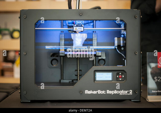 "New York, USA. 20th September 2013. A $2199 MakerBot Industries ""Replicator 2"" 3d printer churns out a - Stock Image"
