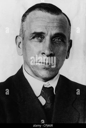 a biography of alfred lothar wegener Alfred wegener, a german geophysicist, gives a lecture in which he proposes a  radical theory  wegener's hypothesis, to explain this state of affairs, is that all  our present land masses were at one time  this history is as yet incomplete.