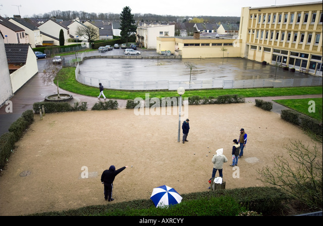 French playing with jeux de boules in rain - Stock Image