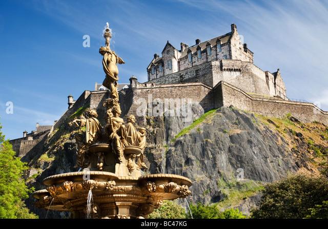 Edinburgh Castle and Ross Fountain Scotland - Stock-Bilder