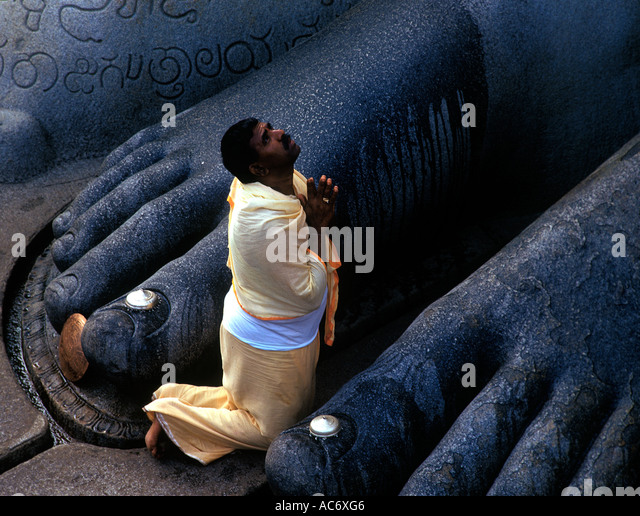 OFFERING PRAYERS TO GOMATESHWARA IN SHRAVANABELAGOLA KARNATAKA - Stock-Bilder