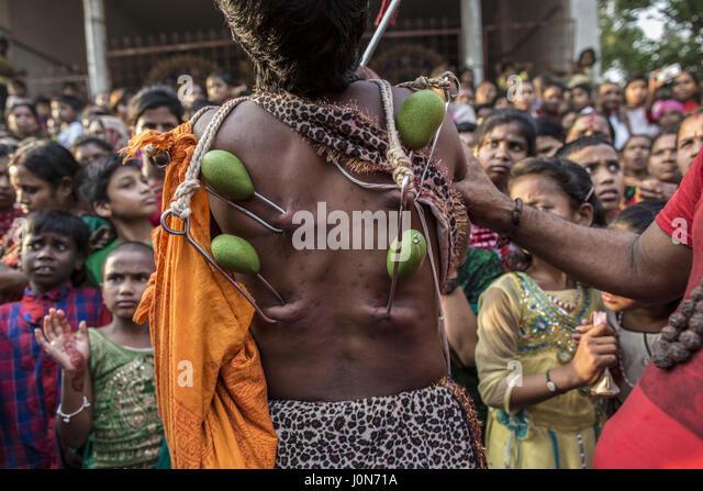 Gazipur, Dhaka, Bangladesh. 14th Apr, 2017. A group of Hindu devotees perform the rituals of Charak Puja, a very - Stock-Bilder