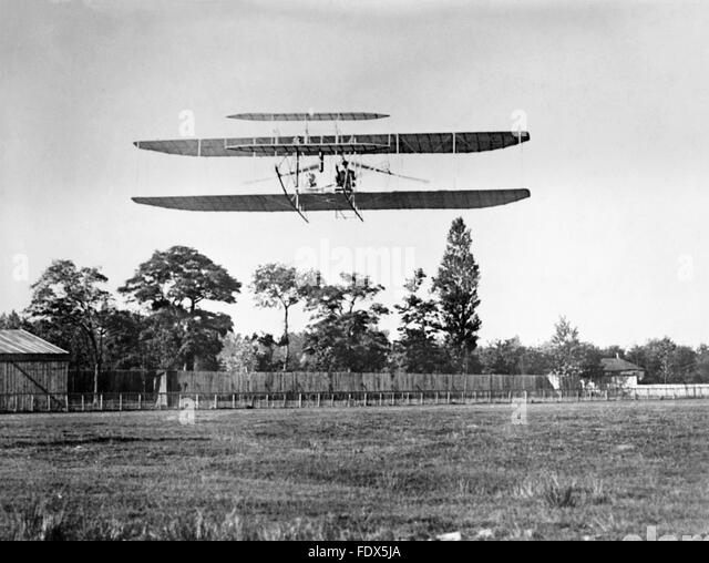 An early flight of the Wright Flyer, probably the Flyer III, built by the Wright brothers. Date of photo unknown. - Stock-Bilder