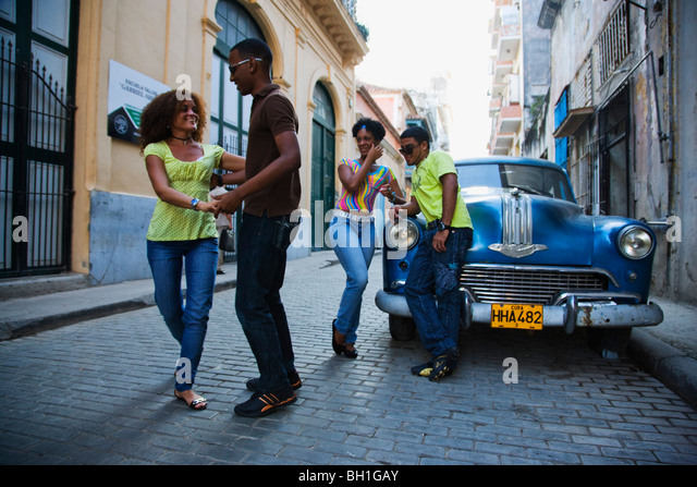 Young people dancing salsa on street, La Habana Vieja, Havana, Ciudad de La Habana, Cuba, West Indies - Stock Image