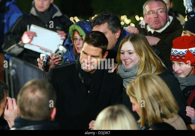 (dpa) - Hollywood star Tom Cruise (C) patiently is photographed with fans ahead of the European premiere of his - Stock Image