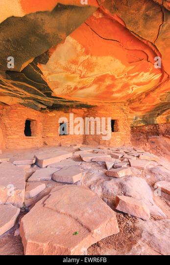 Fallen Roof Ruin, Indian ruins in North Fork of Mule Canyon, Cedar Mesa, Utah, USA. - Stock Image